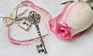 ピンクのバラと鍵