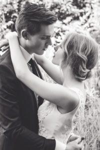 カップル 結婚式 モノクロ